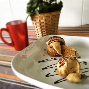 Mug cake de cacao con helado de plátano: desayuno saludable